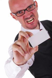 Mann böse mit Visitenkarte
